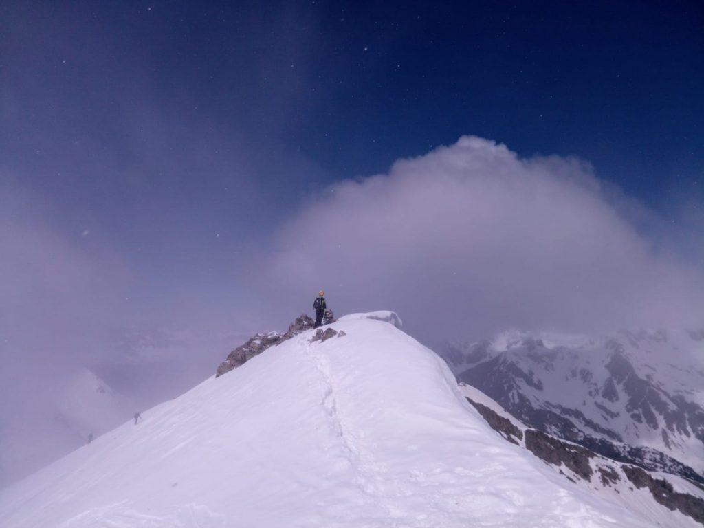 Pico Tablato (2695 mts.) con esquís.